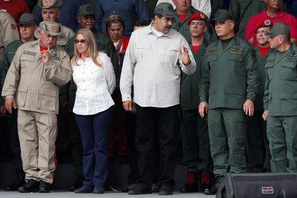 La plana mayor del régimen venezolano: Nicolás Maduro habla con el ministro de Defensa Vladimir Padrino López y con Remigio Ceballos, comandante estratégico de operaciones de las Fuerzas Armadas; mientras Diosdado Cabello habla con Cilia Flores, esposa de Maduro, en un acto el 13 de abril de 2019 (REUTERS/Carlos García Rawlins)