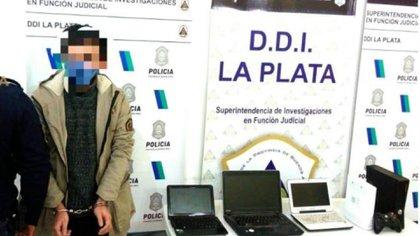 El docente detenido junto al material incautado en su casa