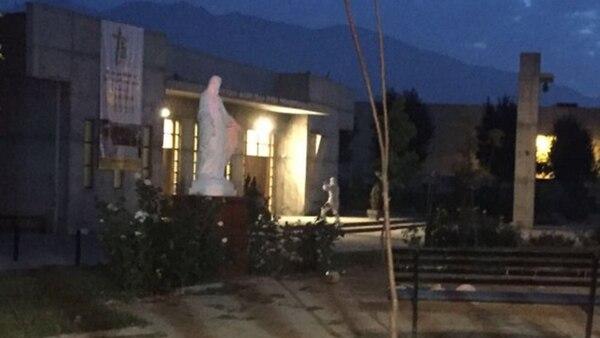 Una de las iglesias atacadas en la madrugada de este martes (@ChileRNS)