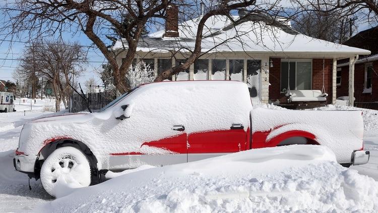 Una camioneta cubierta de nieve en Colorado (AP)