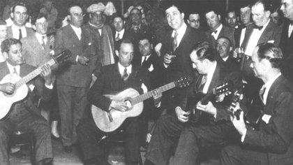 Carlos Gardel en su despedida de Buenos Aires junto a su grupo de amigos.
