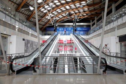 Un centro comercial desierto en Charenton-le-Pont, cerca de París, durante el brote de coronavirus (Reuters)