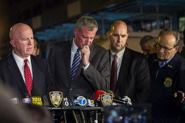 El alcalde de Nueva York Bill de Blasio(centro izqueirda). (AP)