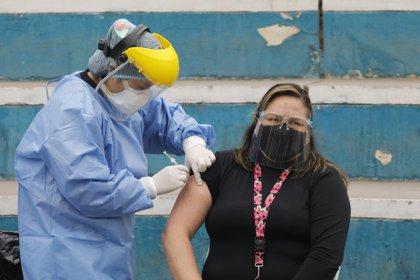 Campaña de vacunación contra la gripe en Perú, en el marco de la crisis sanitaria provocada por la COVID-19. MARIANA BAZO / ZUMA PRESS / CONTACTOPHOTO