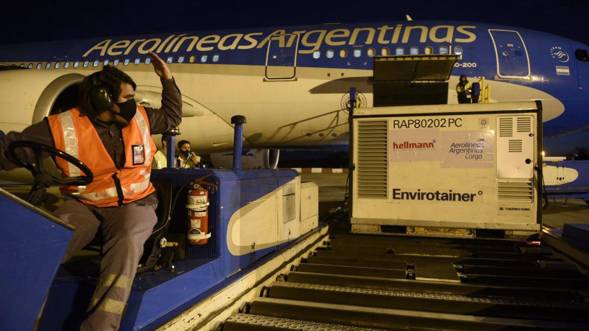 """El primer vuelo de Aerolíneas Argentinas, vacunas """"Operación Beijing"""""""