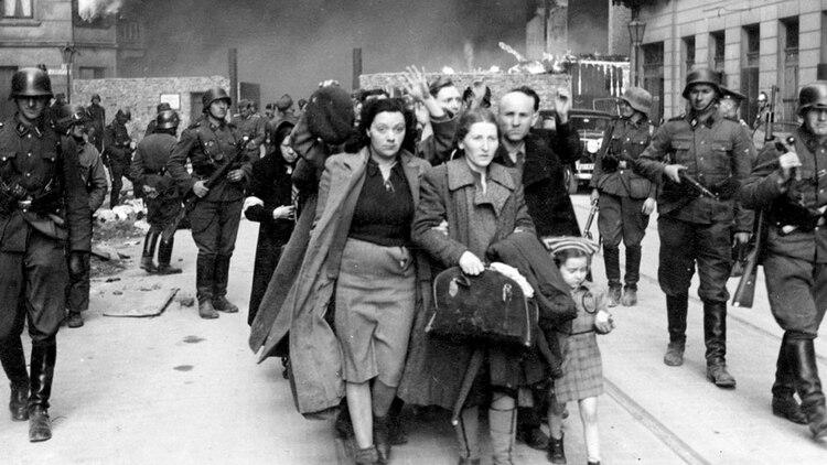 1943, un grupo de judíos polacos es llevado por soldados alemanes de las SS durante la destrucción del gueto de Varsovia por las tropas alemanas después de un levantamiento en el barrio judío. (Foto AP)