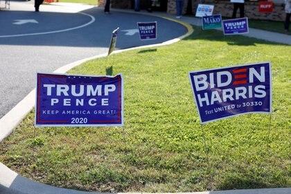 Carteles de Donald Trump y Joe Biden se ven el día de las elecciones en Cherryville, Pensilvania, Estados Unidos (Reuters)