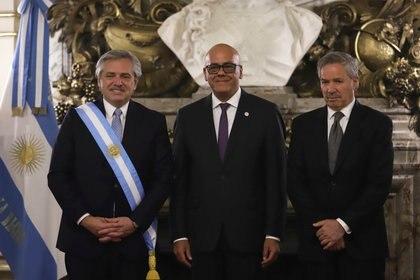 Alberto Fernández y Felipe Solá junto a Jorge Rodríguez. Foto: REUTERS/Matias Baglietto