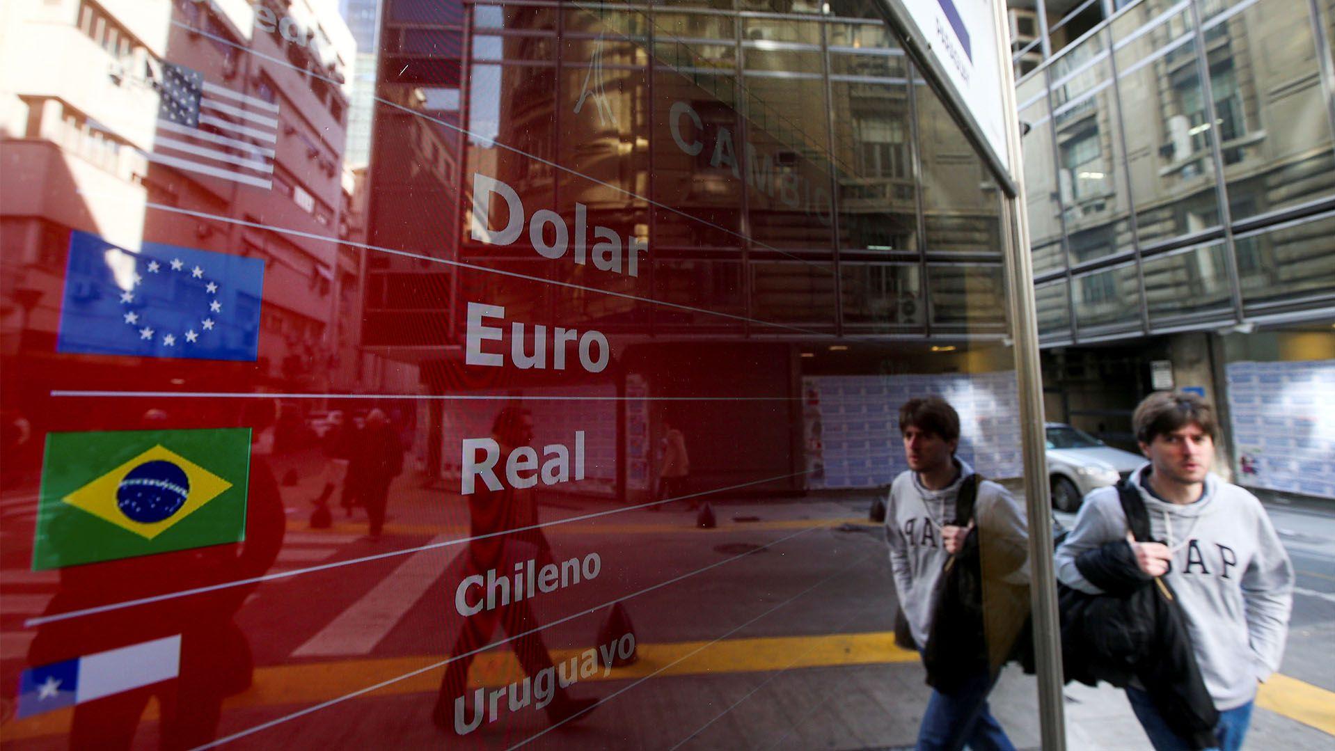El precio en pesos de las monedas estables que siguen al dólar suele estar entre el valor del contado con liquidación y el del dólar libre (REUTERS/Agustín Marcarian/File Photo)