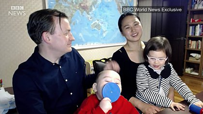 Algunos medios y personas consideraron que la mujer que corría detrás de los pequeños para sacarlos de la habitación era la niñera, sin embargo en una entrevista posterior a la BBC explicaron que era la mamá y esposa de Kelly Foto: (Captura de pantalla BBC)