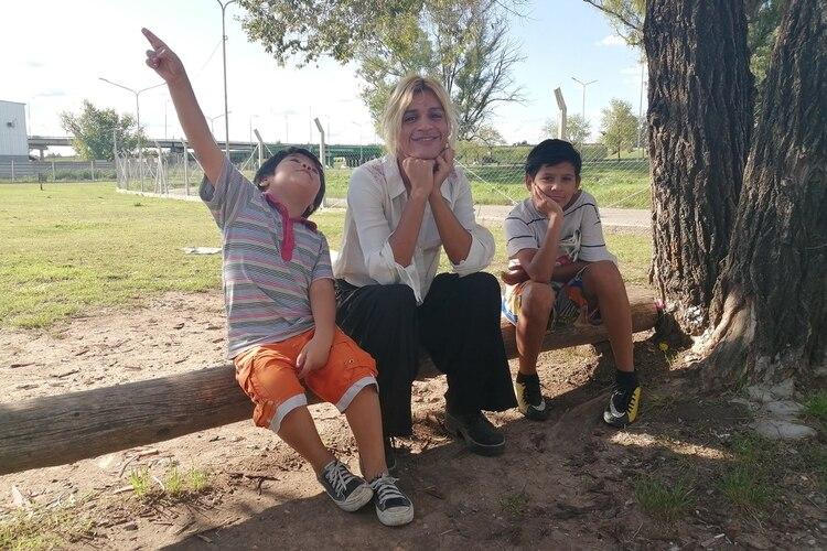 Nicole junto a los hermanos: