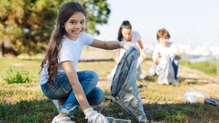 """El """"click"""" para Edelmira fue ver a dos nenas juntando basura en la playa en Mar del Plata (Shutterstock)"""