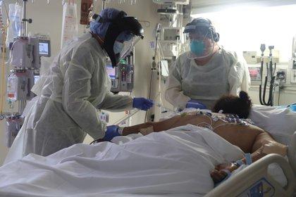 Personal médico atendiendo a un paciente que sufre de COVID-19.  REUTERS/Lucy Nicholson/Archivo