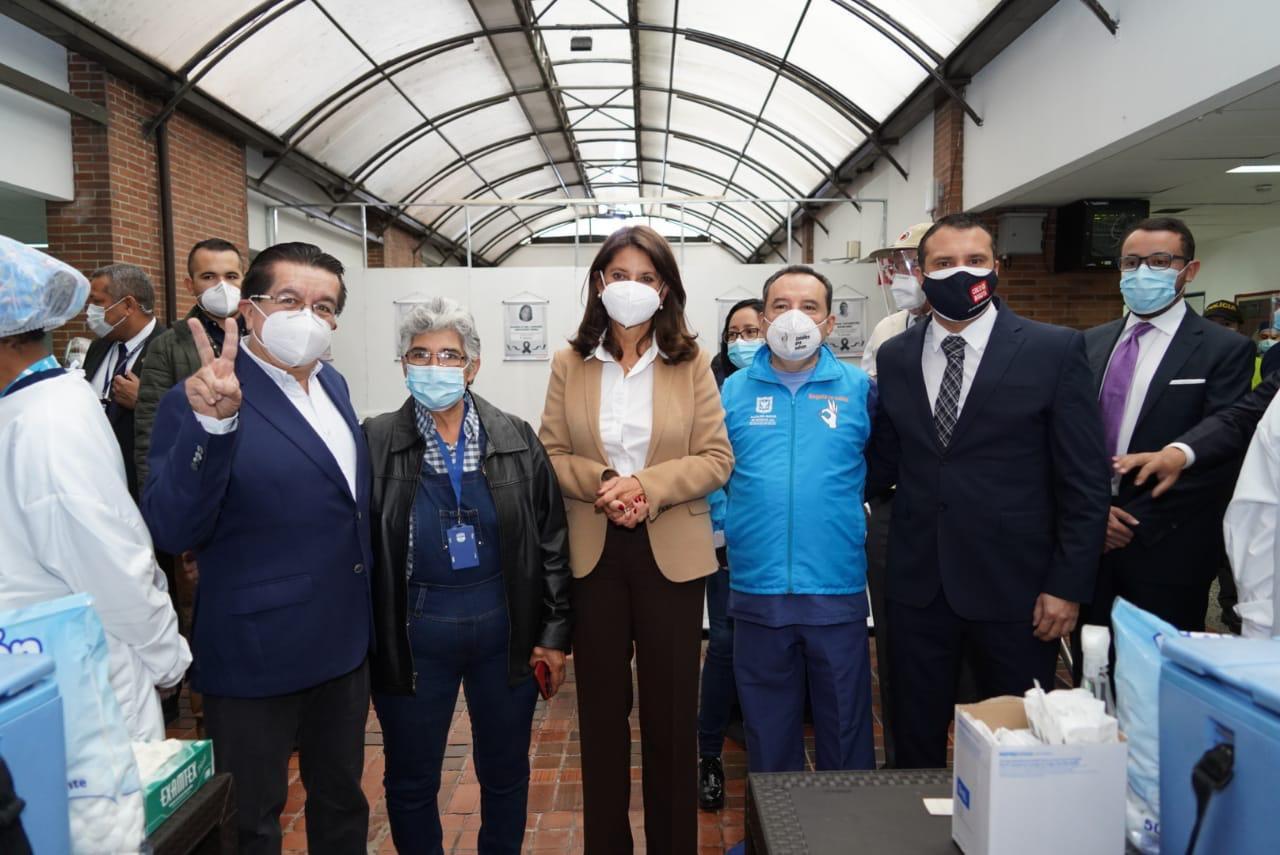Ministro de Salud, Fernando Ruiz, en el inicio de la vacunación en Bogotá. Foto: Secretaría de Salud