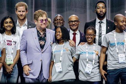 Ese mismo día, el príncipe Harry y Elton John presentaron el proyecto MenStar, cuyo objetivo es ayudar a portadores del HIV y quienes estén en riesgo de contraerlo en el Africa subsahariana, región devastada por la enfermedad desde 1980.
