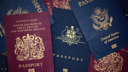 Los colores de los pasaportes de cada país tienen un significado especial. Shutterstock 162