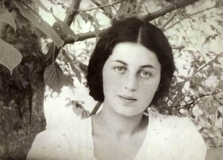 Anna Larina, noche tras noche en prisión, musitaba en voz baja en su cama el testamento de su marido