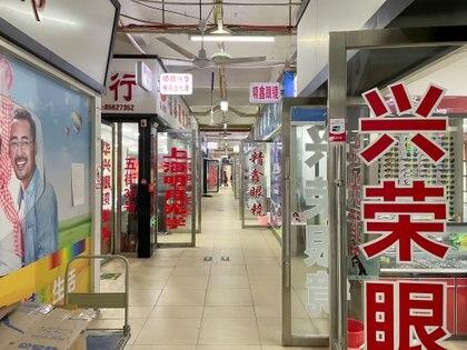 Las ópticas del segundo piso del mercado, las únicas que permanecieron abiertas ya que venden gafas de protección (REUTERS/Aly Song)