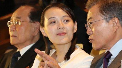 La hermana del dictador norcoreano, Kim Yo-Jong, junto al presidente de Corea del Sur, Moon Jae-in, durante los Juegos Olímpicos de Pyeongchang (AFP)