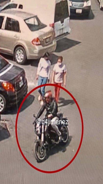 Cámaras de videovigilancia capturaron que el agresor huyó en motocicleta. El presunto agresor vestía un pantalón gris, chamarra negra, y un caso rojo: agentes de la Secretaría de Seguridad Ciudadana de la capital lo buscan por el homicidio (Foto: Twitter/@c4jimenez)