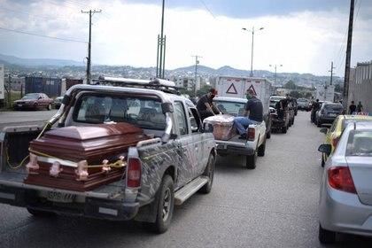 Foto del jueves de una fila de vehículos transportando ataúdes haciendo fila fuera de un cementerio en Guayaquil.  Abril 2, 2020. REUTERS/Vicente Gaibor del Pino PROHIBIDA SU VENTA Y SU USO COMO ARCHIVO