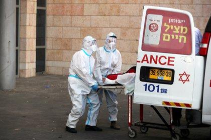 Personal médico en Jerusalén. REUTERS/Ammar Awad