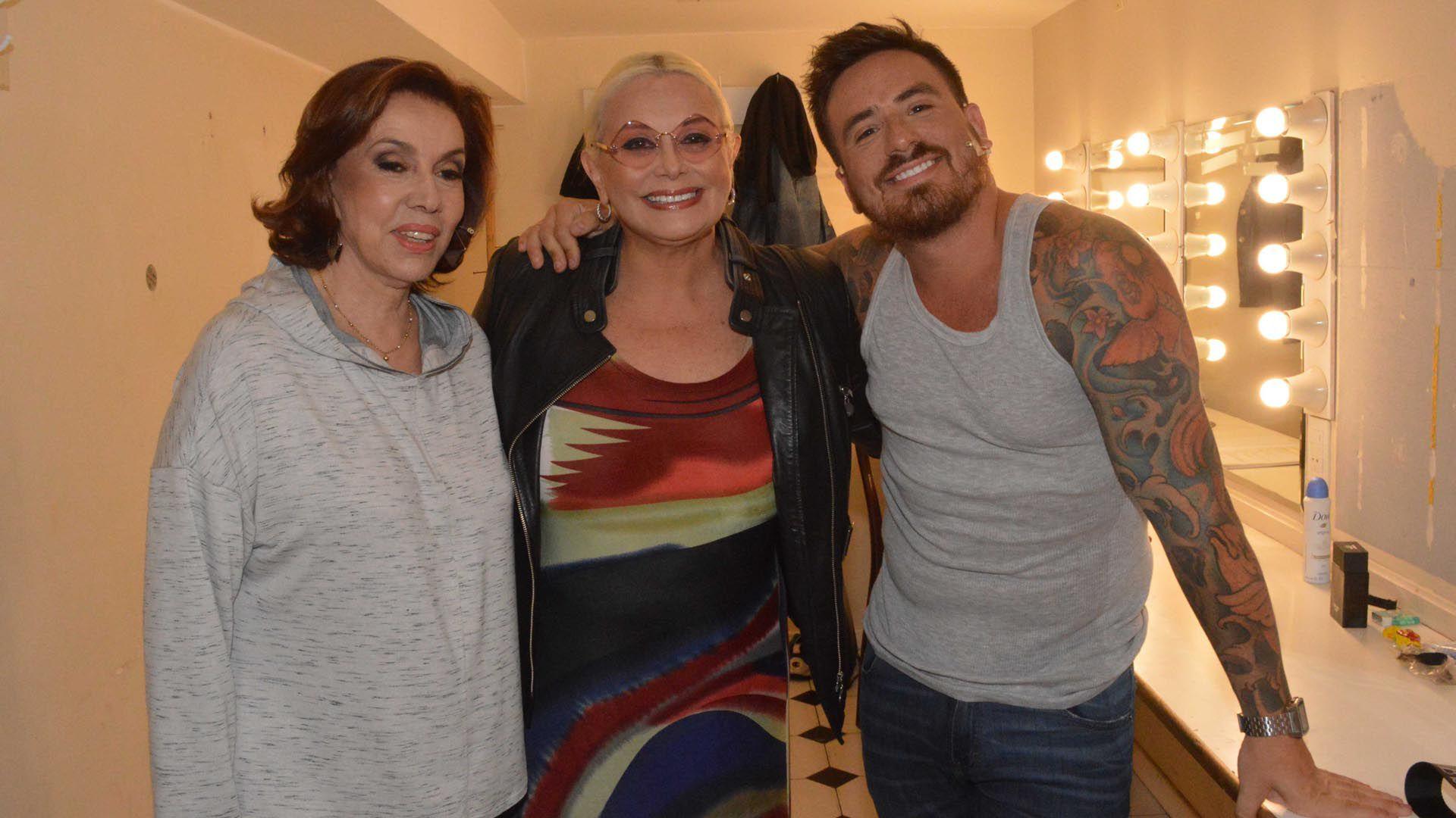 Fede Bal con Nora Cárpena, su compañera en el elenco, y Carmen Barbieri, su mamá (Foto: Eduardo Aguada)