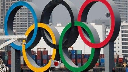 FOTO DE ARCHIVO: Los anillos olímpicos junto a una bandera de Japón en Odaiba Marine Park, Tokio, Japón. 6 de agosto de 2020. REUTERS/Kim Kyung-Hoon
