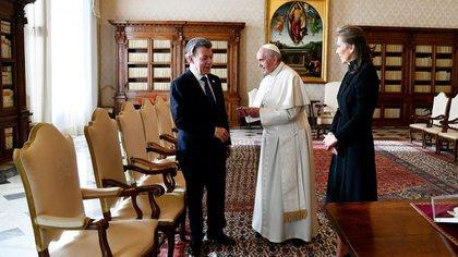 Antes de la llegada de Uribe, se realizó la audiencia prevista entre el Papa y el presidente Santos (AFP)
