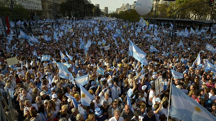 Una multitud se acercó a la 9 de Julio (Gustavo Gavotti)