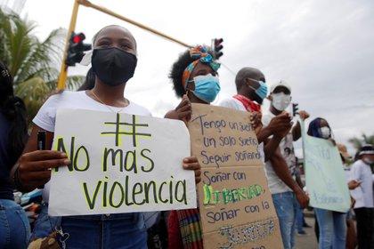 Un grupo de personas protesta contra la violencia que viven hoy, en Buenaventura (Colombia). EFE/Ernesto Guzmán Jr.