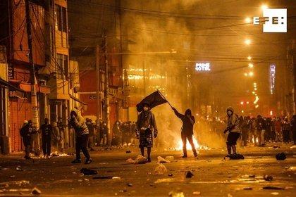 Manifestantes y policía se enfrentan durante una multitudinaria marcha en Lima (Perú). EFE/ Aldair Mejía