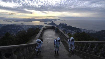Los principales puntos turísticos de Río de Janeiro, entre ellos el icónico Cristo Redentor, reabrieron sus puertas al público este sábado (Mauro PIMENTEL / AFP)