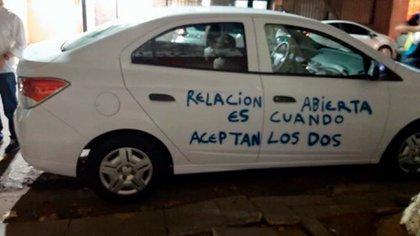 La pintura de los Chevrolet Prisma que se vieron en Palermo estaba completamente arruinada. (Twitter)