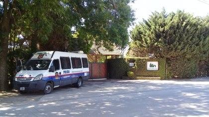 Hay custodia policial las 24 horas del día. Aquí el móvil en el ingreso principal al cementerio
