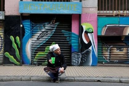 Imagen de archivo de un cocinero pidiendo dinero en la calle en medio de la crisis desatada por el coronavirus en el puerto chileno de Valparaiso, el 9 de abril de 2020. REUTERS/Rodrigo Garrido