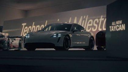 El Taycan, el primer eléctrico de Porsche, la gran estrella del comercial.