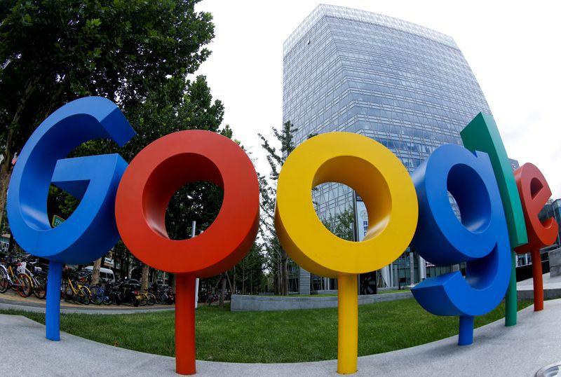 Foto de archivo del logo de Google fuera de las oficinas de la compañía en Pekín.  Ago 8, 2018.  REUTERS/Thomas Peter/