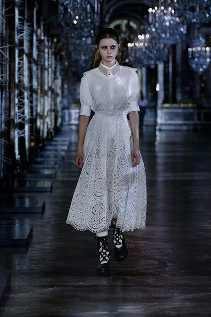 Dior presentó vestidos de cuero negro con mangas abullonadas, vestidos de tul estilo princesa y abrigos de terciopelo entre los diseños de invierno