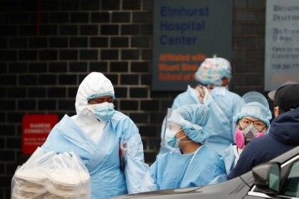 Trabajadores de la salud en el hospital Elmhurst en Nueva York (REUTERS/Lucas Jackson)
