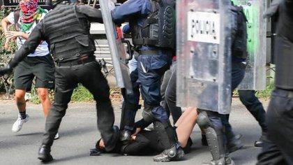 Policías golpean a menor de edad en la CDMX (Foto: Twitter @AlesitaNaty)