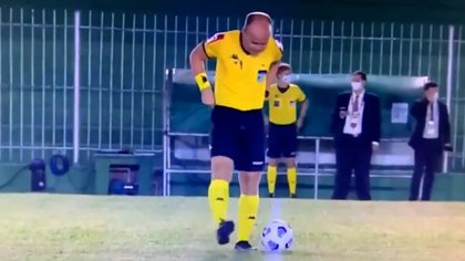El árbitro Dênis da Silva Ribeiro Serafim, luego de cumplir con sus necesidades