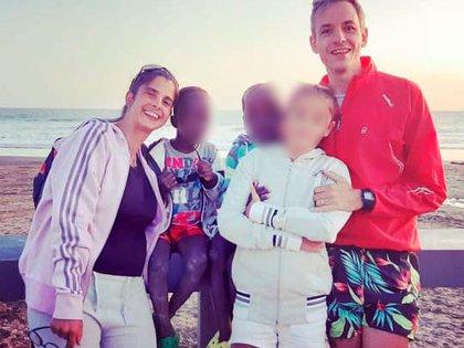 Natacha Perrig y Eduardo Rucci el último verano, junto a su hija biológica y los mellizos abandonados en Bahía Blanca