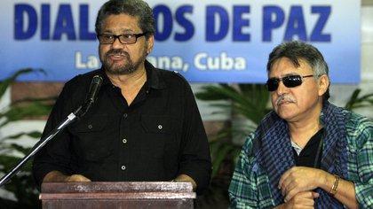 """En la imagen, los exlíderes prófugos de las FARC, Luciano Marín Arango, alias """"Iván Márquez"""" (i) y Seuxis Hernández Solarte, alias """"Jesús Santrich"""" (d). EFE/Ernesto Mastrascusa/Archivo"""
