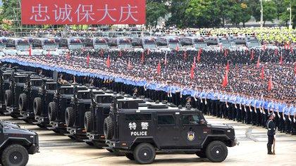 Esta foto tomada el 6 de agosto de 2019 muestra a oficiales de policía chinos que participan en un simulacro en Shenzhen, en la provincia china de Guangdong, al otro lado de la frontera con Hong Kong (STR / AFP)