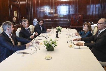 Mauricio Macri, Marcos Peña y Germán Garavano durante un almuerzo con Carlos Rosenkrantz y Elena Highton de Nolasco