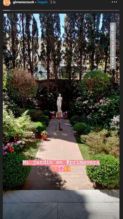 El jardín de su casa en Barrio Parque. En la puerta de la vivienda se suelen ver curiosos sacándose fotos