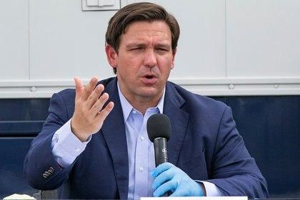 El gobernador de Florida Ron DeSantis habla durante una conferencia de prensa en el Centro de Convenciones de Miami Beach (Reuters)