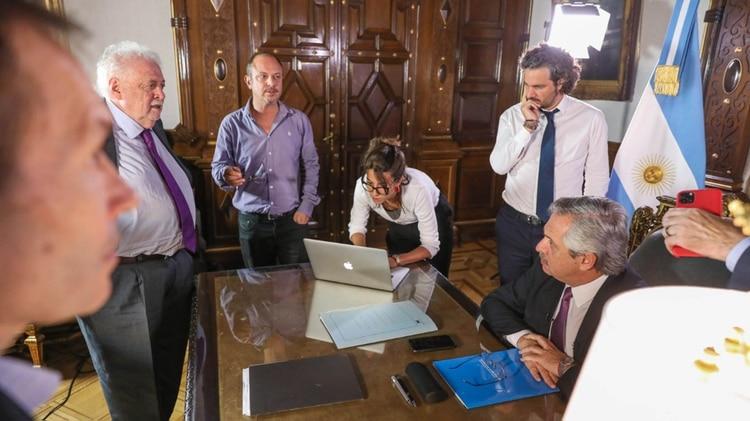 El Presidente, este jueves, rodeado de funcionarios y asesores durante la grabación de la cadena nacional por el coronavirus (Presidencia)