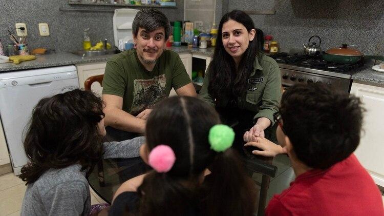 Laura junto a Andrés, su marido, y tres de sus cuatro hijos (Adrián Escandar)